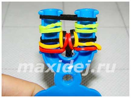braslet-iz-rezinok-spiralki-na-rogatke10