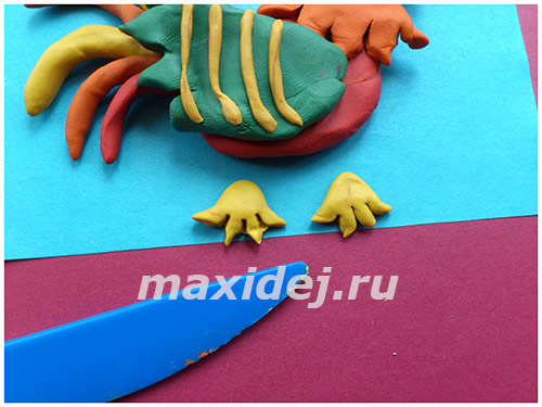 applikaciya-petukh-na-kartone-iz-plastilina10