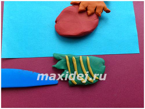 applikaciya-petukh-na-kartone-iz-plastilina6